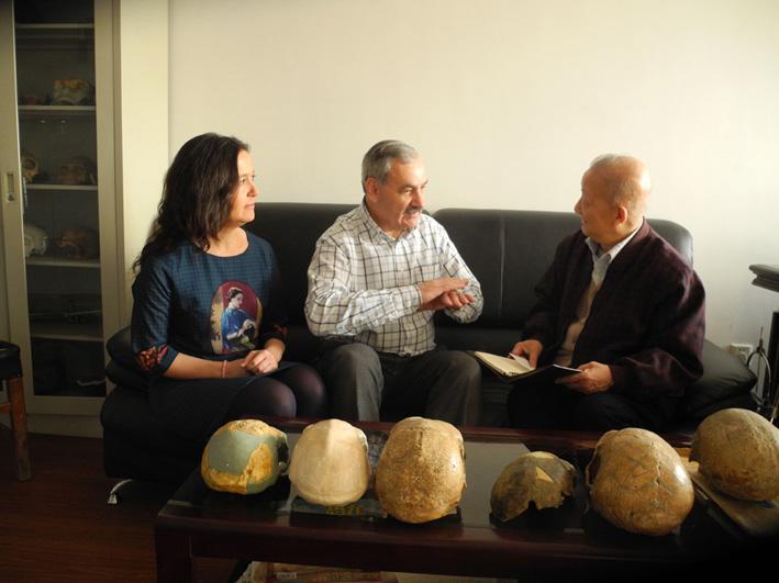 María Martinón-Torres y josé María Bermúdez de Castro conversan con el Profesor Wu Zhinzi. A pesar de sus 84 años sigue realizando investigaciones en el IVPP de Pekin.